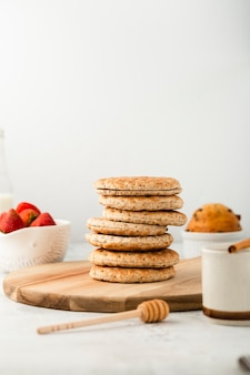 Conjunto de vista frontal de biscoitos integrais saudáveis