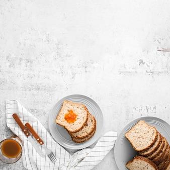 Conjunto de vista superior de pão fatiado com espaço de cópia