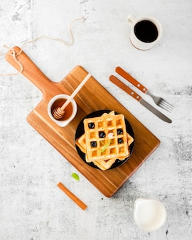 Conjunto de vista superior de waffle em cima de madeira