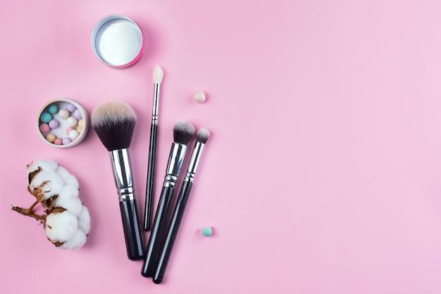 Conjunto de vista superior plana de vários pincéis cosméticos femininos profissionais