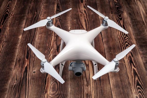 Conjunto de zangão quadcopter para passatempo isolado em fundo de madeira