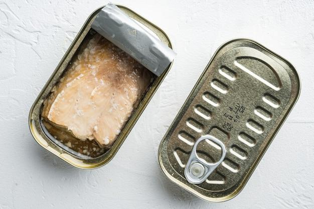 Conjunto enlatado de salmão selvagem do alasca, em lata, na mesa branca, vista de cima plano