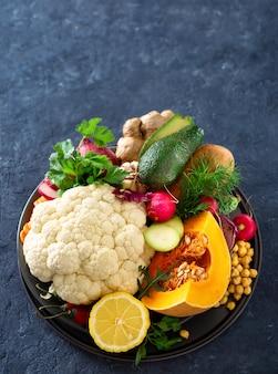Conjunto ingredientes culinária vegetariana prato indiano aloo gobi comida saudável