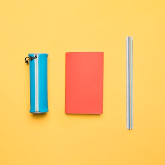 Conjunto ordenado de material escolar colorido