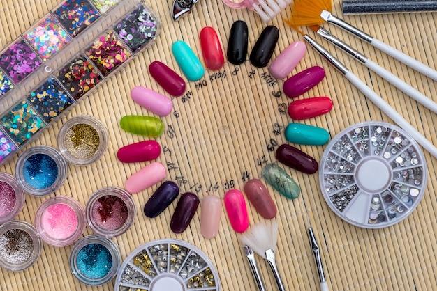 Conjunto para decorar as unhas. fechar-se