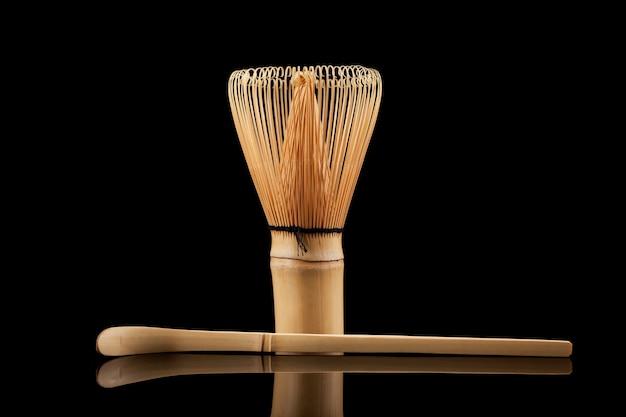 Conjunto para fazer chá matcha incluindo batedor (chasen) e colher de bambu.