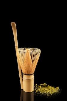 Conjunto para fazer matcha, incluindo um batedor e uma colher