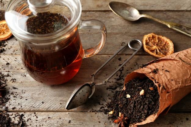 Conjunto para preparar chá em fundo de madeira