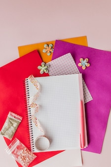 Conjunto para scrapbooking, bagunça criativa. escocês para scrapbooking.pink fundo