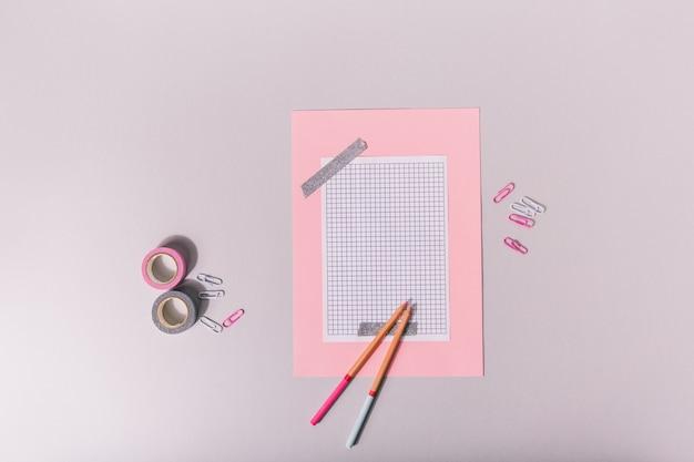 Conjunto para scrapbooking em rosa e tons colados com fita prateada