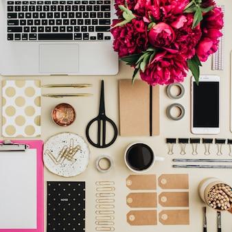 Conjunto plano, vista superior, conjunto criativo de colagem de mesa para escritório em casa