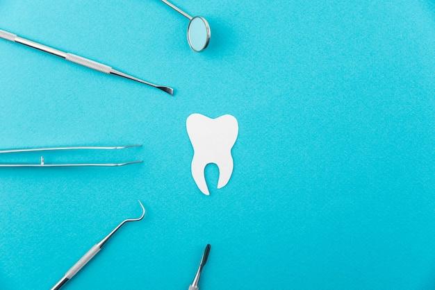 Conjunto profissional de ferramentas de equipamento de dentista isolado