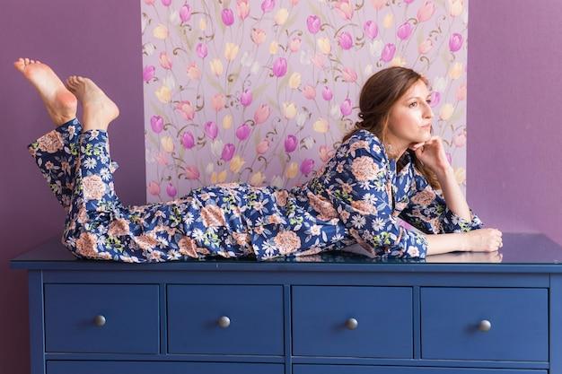 Conjunto quente de homewear. camisa de algodão macio. roupas confortáveis para um sono saudável. conceito de pijama. fechar