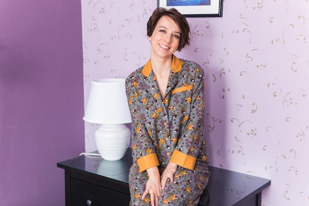 Conjunto quente de homewear. camisa de algodão macio. roupas confortáveis para um sono saudável. conceito de pijama.