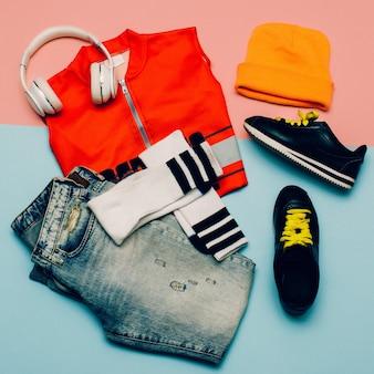 Conjunto urbano elegante. jeans. meias até o joelho. fones de ouvido com gorro para esportes radicais e roupas de verão