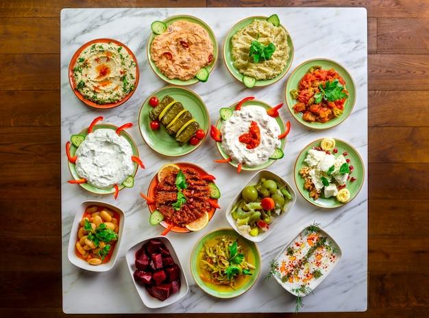 Conjunto variado de aperitivos do oriente médio.