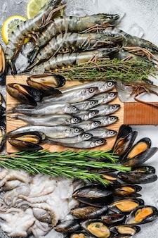 Conjunto variado de camarões tigre de frutos do mar frescos, camarões, mexilhões azuis, polvos, sardinhas, cheiros