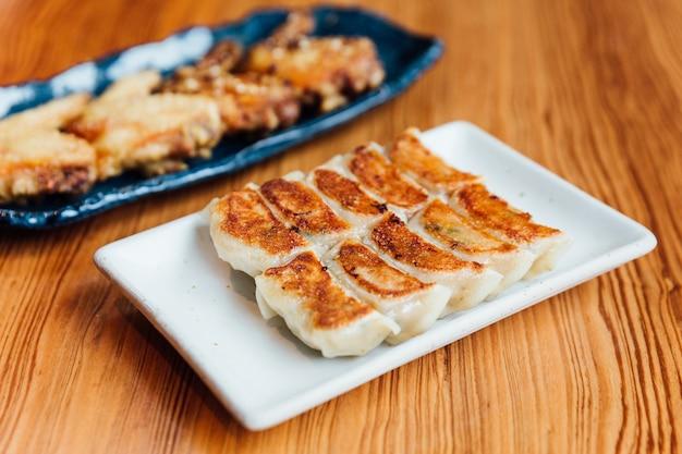 Conjunto yaki-gyoza (bolinhos pan-fritos japoneses).