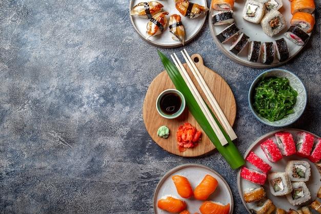 Conjuntos de sushi e pãezinhos