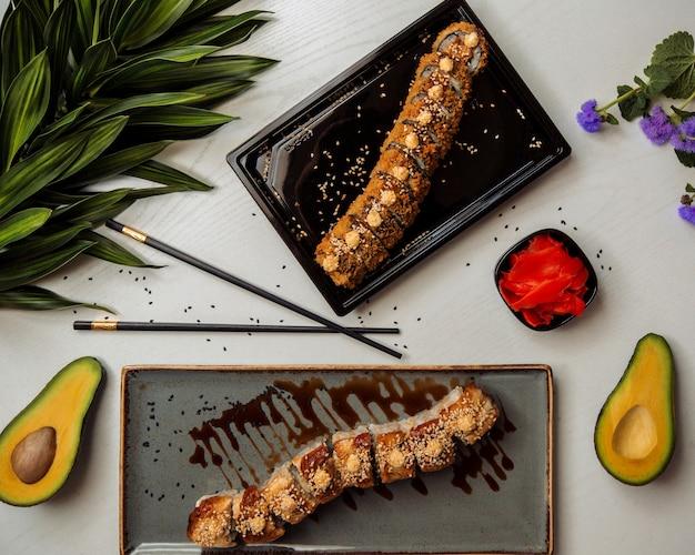 Conjuntos de sushi em cima da mesa