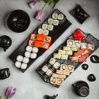 Conjuntos de sushi na vista superior da tabela