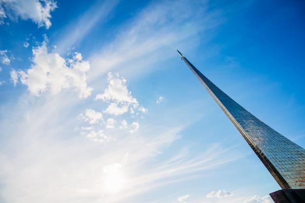 Conquistadores do monumento do espaço com um céu azul bonito. rússia, moscow