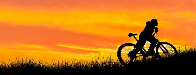 Conquistando picos de montanhas por ciclista de shorts e jersey em uma moderna bicicleta rígida de carbono