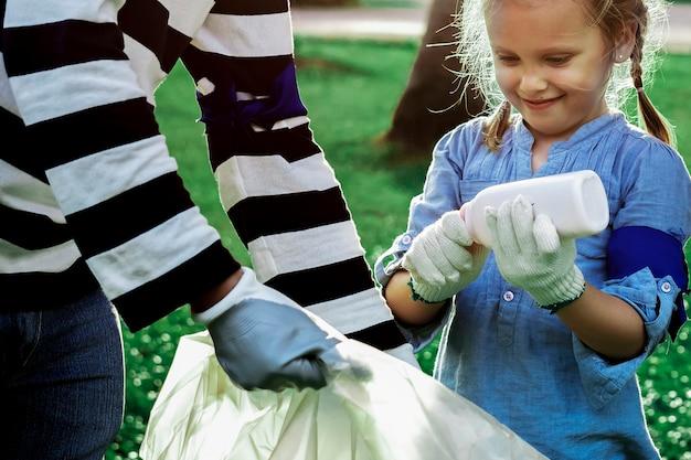 Conscientização da poluição de plástico com menina separando o lixo