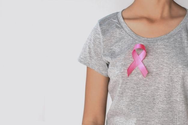 Conscientização de câncer de mama de fita rosa de mulher.
