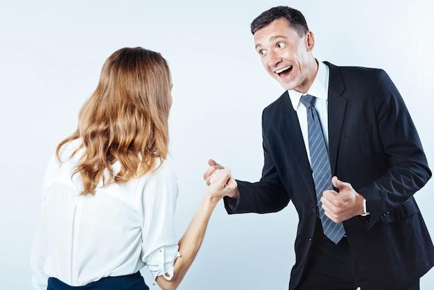 Conseguimos. foto da cintura para cima de executivos extremamente emocionais que não conseguem manter suas emoções dentro de si e pular após o sucesso do trabalho em um projeto.
