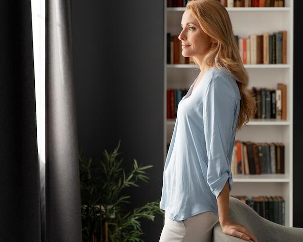 Conselheira mulher no meio do tiro encostada no sofá