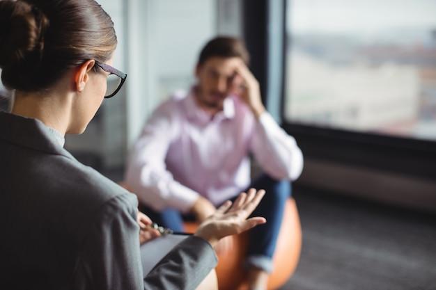 Conselheiro interagindo com homem infeliz