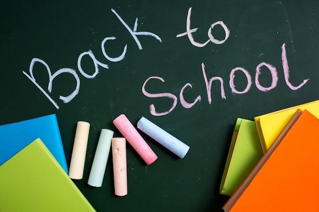 Conselho escolar com a inscrição de volta à escola
