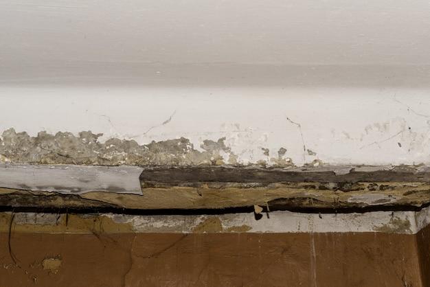 Consequências de vazamento no telhado da antiga sala de escritório Foto Premium