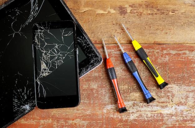 Conserta a opinião superior da tabuleta e do telefone esperto do trabalho.
