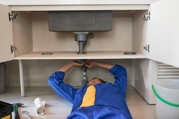 Consertando vazamento na tubulação da pia