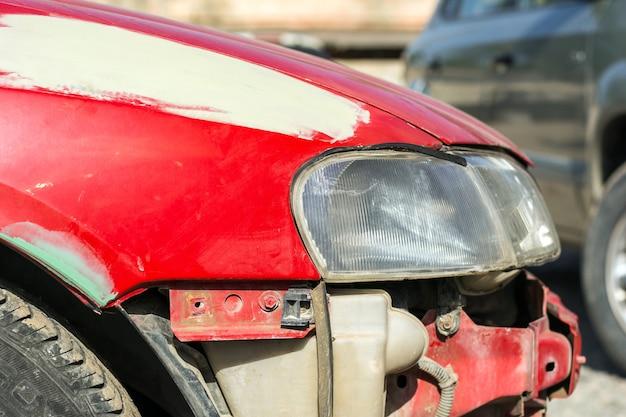 Conserto de um carro moderno quebrado