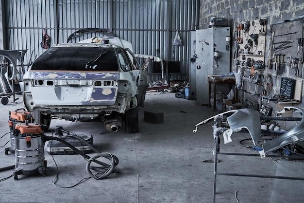 Conserto de um carro velho quebrado em serviço automotivo