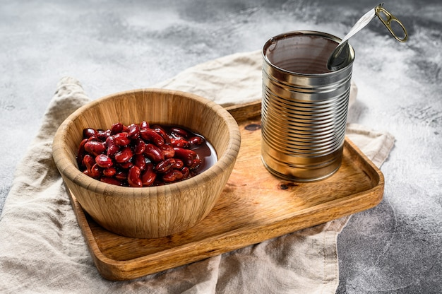 Conservas de feijão vermelho em uma lata de alumínio. vista do topo