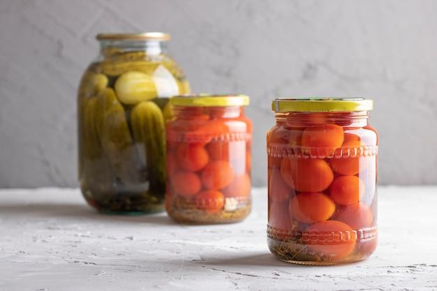 Conservas de legumes em três frascos de vidro
