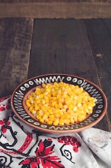 Conservas de milho em uma tigela marrom