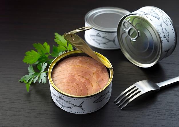Conservas de salsa de atum e garfo