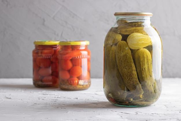 Conservas de tomate e pepino em potes de vidro