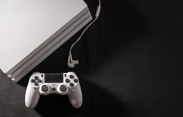 Consola de jogos branca com controlador e telefone