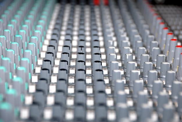 Console de mixagem de áudio em um estúdio de gravação. faders e botões de um mixer de som.