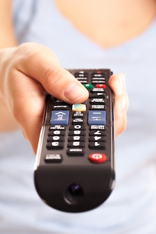Console de tv na mão da mulher