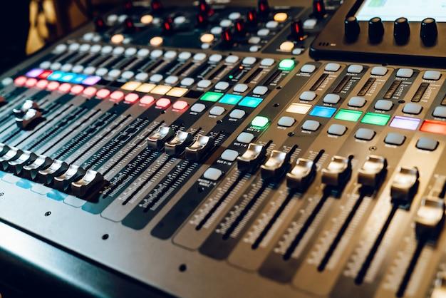 Console profissional de mixagem de áudio