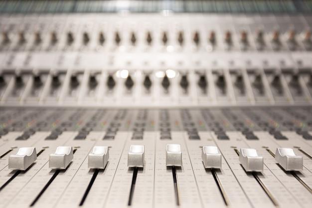 Console profissional no estúdio de gravação de áudio
