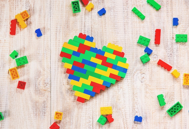 Construa um coração de lego designer. fundo seletivo.