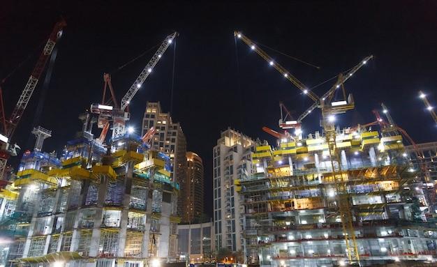 Construção à noite com luzes.